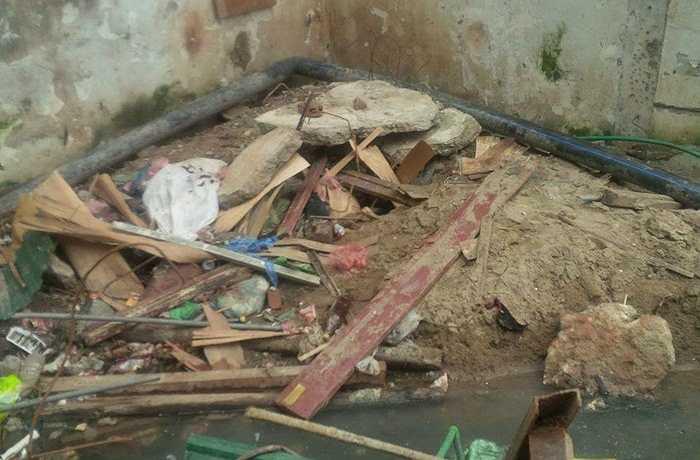 2 bể ngầm hiện tại đều được đặt ngay dưới điểm tập kết rác thải sinh hoạt và rác thải xây dựng, phần nắp bể chỉ cao 20 cm, được che đậy bằng nắp tôn sơ sài. Thông thường, rác thải được tập kết tại khu vực này sẽ che lấp đi phần nắp bể, vì vậy, gần như không cư dân nào có thể biết được đây lại chính là khu bể ngầm cung cấp nước sinh hoạt cho cả tòa nhà.