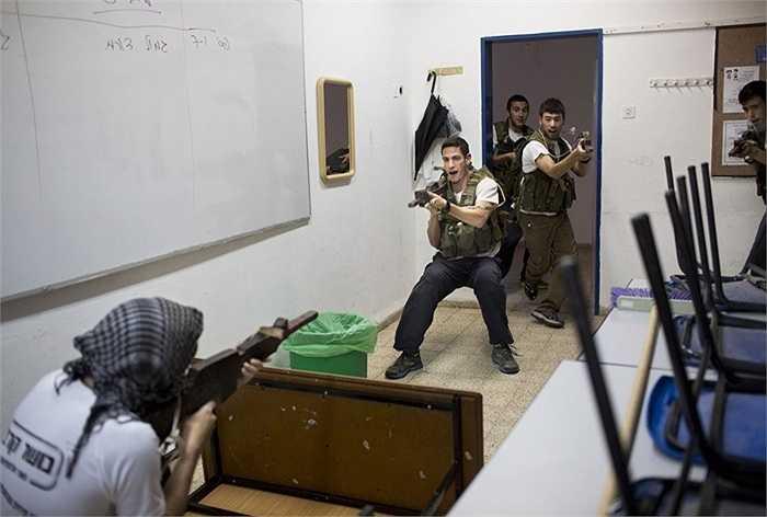 Ở Israel nghĩa vụ là bắt buộc, mỗi nam sinh phải sẵn sàng cho quá trình phục vụ trong quân đội kéo dài 3 năm sau khi tốt nghiệp phổ thông