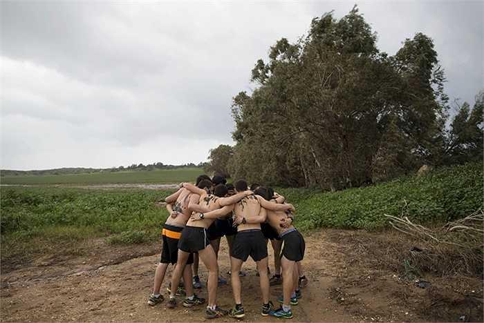Một nhóm nam sinh chuẩn bị cho bài huấn luyện