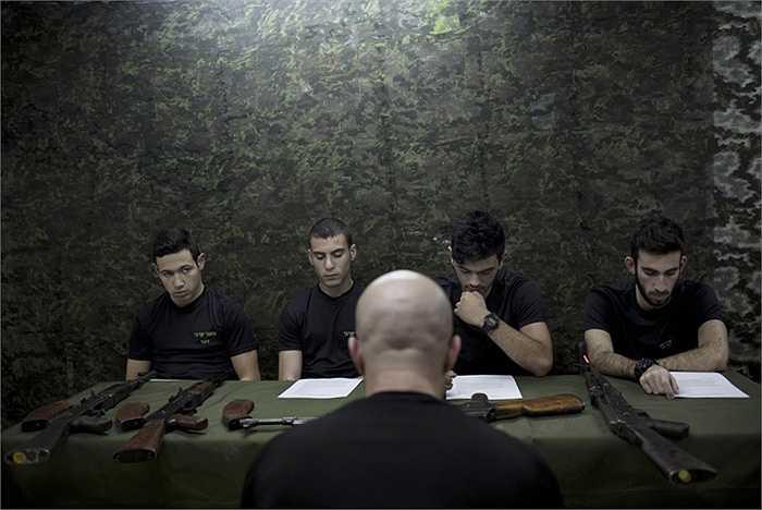Các nam sinh được giới thiệu về súng trường AK-47