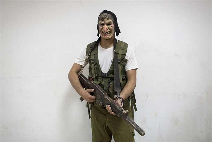 Đeo mặt nạ khủng bố để luyện tập trong các bài đánh đô thị