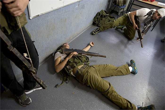 Các binh sĩ sử dụng súng gỗ trong quá trình luyện tập