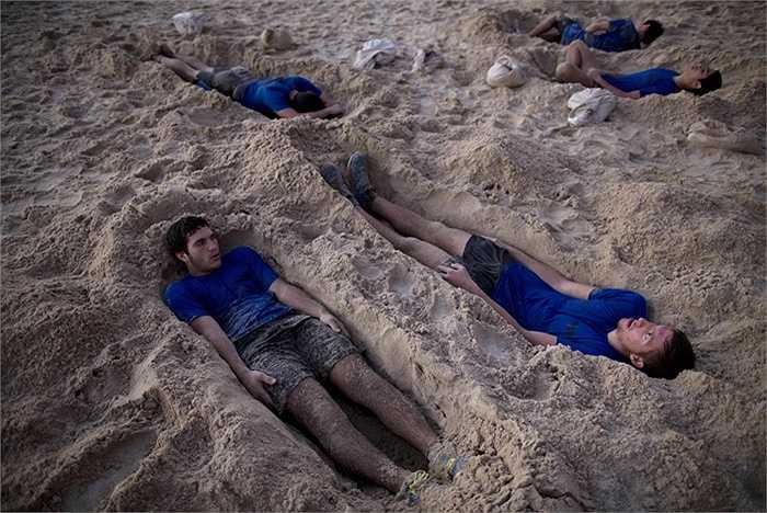 Vùi mình trong cát biển để tăng cường khả năng chịu đựng