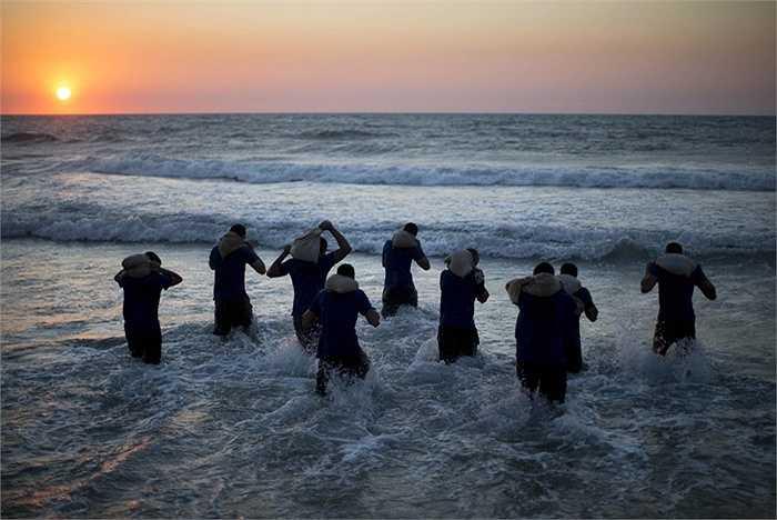 Tập thể lực với sóng biển và bao cát
