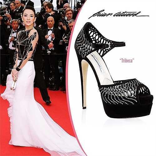 Nữ diễn viên đình đám Trung Quốc Chương Tử Di có rất nhiều giày dép hàng hiệu, trong đó có một đôi sandal Brian Atwood dòng Tribeca từng được nàng mang trên thảm đỏ Liên hoan phim Cannes khi mặc váy Stephane Rolland Haute Couture. Đôi giày màu đen cao 15 cm có đính đá, rất đồng điệu với trang phục và các phụ kiện đen trắng.