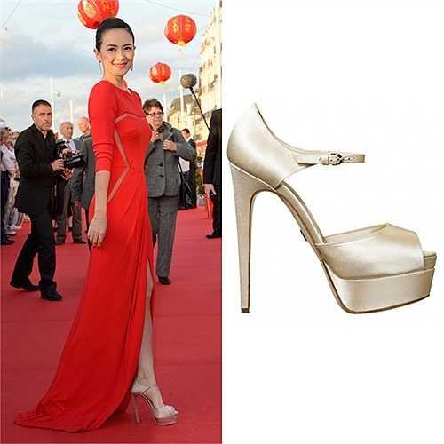 Một đôi Brian Atwood 'Tribeca' khác có màu sắc nhẹ nhàng giúp người đẹp Ngọa hổ tàng long ăn gian chiều cao trên thảm đỏ. Cô phối cùng trang phục Elie Saab màu đỏ duyên dáng.