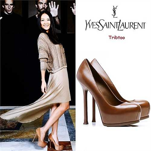 Ngoài Louboutin, Brian Atwood..., mỹ nhân cũng yêu thích thương hiệu giày Yves Saint Laurent. Cô sở hữu một đôi màu nâu dòng 'Tribtoo' cao 14 cm. Quý cô Hoa ngữ kết hợp cùng trang phục màu trung tính để tạo sự hài hòa.