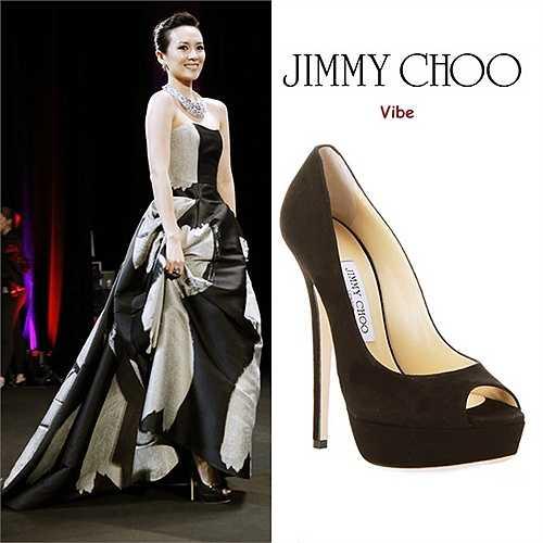 Jimmy Choo cũng nằm trong số những hãng giày được sao yêu thích nhất. Ngôi sao Hoa ngữ 36 tuổi có một đôi hiệu này thuộc dòng 'Vibe' màu đen, cao 14,5 cm. (Nguồn: Ngôi sao)
