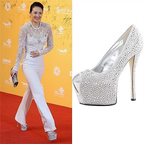 Nàng Hoa đán tỏa sáng ở Liên hoan phim Bắc Kinh khi mặc trang phục trắng của Elie Saab, đi kèm ví cầm tay Jimmy Choo 'Sweetie'. Đặc biệt, đôi giày Giuseppe Zanotti lấp lánh khiến những bước chân nàng trở nên cuốn hút.