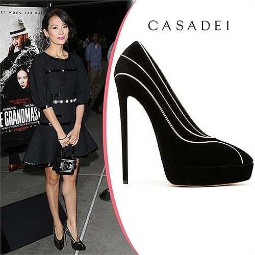 Giày hiệu Casadei có đường viền ánh kim uốn lượn mềm mại theo chân ngôi sao Thập diện mai phục đến Hollywood dự sự kiện. Quý cô sinh năm 1979 kết hợp nó cùng váy áo Chanel sang trọng.
