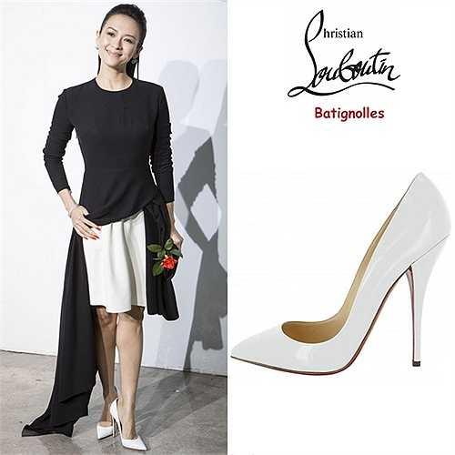 Giày trắng Christian Louboutin tôn vinh đôi chân người đẹp Hero. Đôi giày cao 12,5 cm, thuộc dòng 'Batignolles'. Cô mix kèm váy áo đen trắng hài hòa.