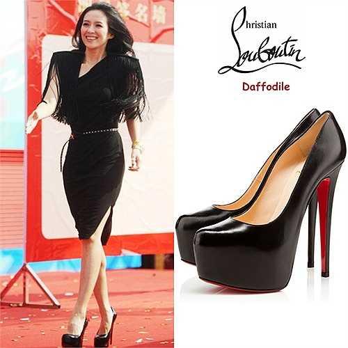 Giày platform hiệu Christian Louboutin 'Daffodile' ăn ý với trang phục đen quý phái của Chương Tử Di. Đôi giày cao 16 cm được sản xuất tại Italy.