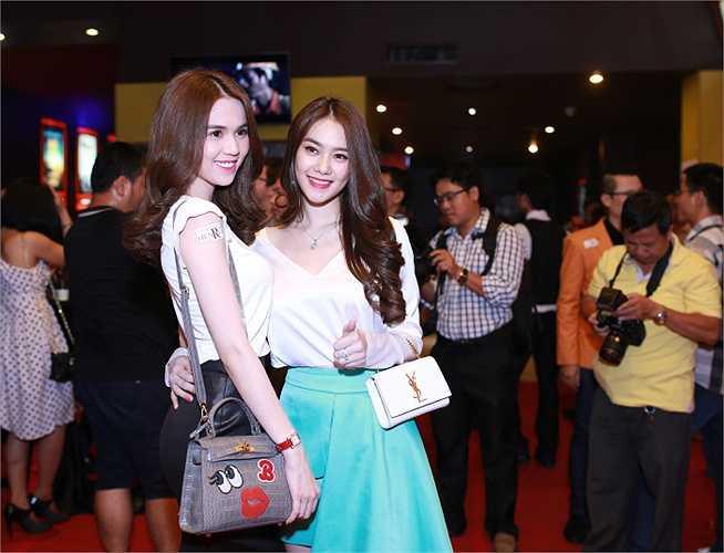 Ngọc Trinh, Linh Chi thân thiết như chị em, quấn quýt không rời khi tham dự buổi ra mắt phim.