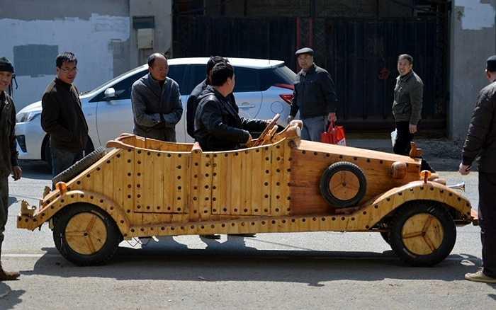 Một người đàn ông họ Liu ở Thẩm Dương (Liêu Ninh, Trung Quốc) vừa giới thiệu ô tô điện làm bằng gỗ sau một thời gian chế tạo cẩn thận
