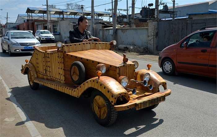 Ông Liu 49 tuổi chỉ mới học hết tiểu học, làm nghề thiết kế nội thất. Từ mùa đông năm qua, ông có ý tưởng xây dựng ô tô bằng gỗ cho mình