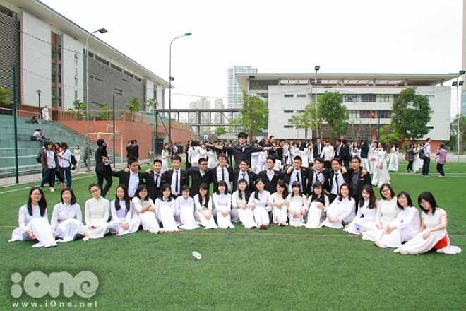 Chiều qua 8/4, học sinh lớp 12 trường THPT chuyên Hà Nội Amsterdam rộn rã xinh tươi trong 'Ngày hội áo dài'.