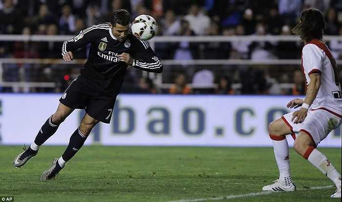 Phút 68 trong chuyến làm khách của Rayo Vallecano, Ronaldo đánh đầu mở tỷ số cho Kền kền trắng
