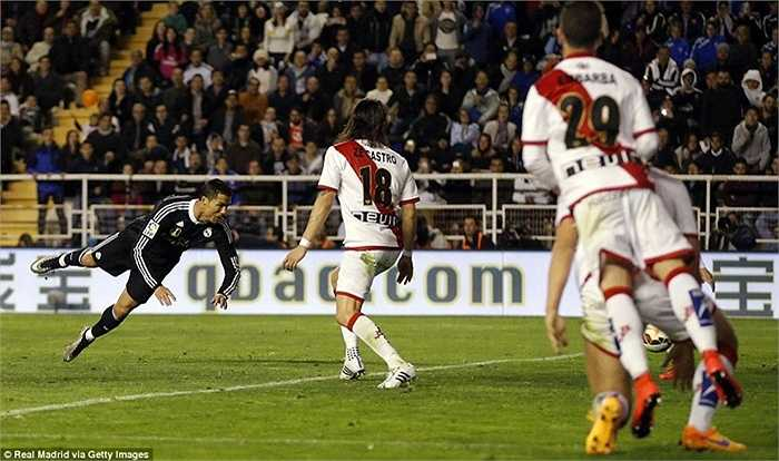 Đây là bàn thắng thứ 300 của CR7 cho Real Madrid. Hiện siêu sao người Bồ chỉ còn kém người ghi nhiều bàn nhất trong lịch sử đội bóng, Raul đúng 23 pha lập công