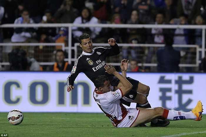 Trước khi có bàn mở tỷ số, Ronaldo bị truy cản trong vòng cấm. Trọng tài cho rằng tình huống này CR7 ăn vạ