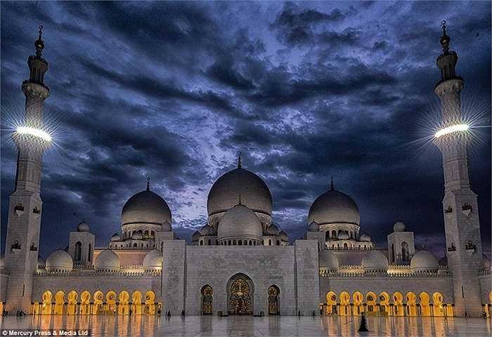 Thánh đường Hồi giáo Sheikh Zayed là thánh đường lớn nhất Trung Đông, nằm tại Abu Dhabi, thủ đô của Các Tiểu vương quốc Ảrập thống nhất