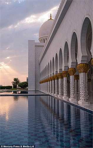 Thánh đường có 82 mái vòm, 1096 chiếc cột được mang hình ảnh cây chà là - một loại cây đặc trưng của Trung Đông và chúng là là biểu tượng của thánh đường