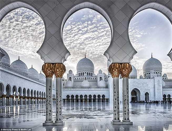 Thánh đường Sheikh Zayed, với bề ngoài được sơn màu trắng lấp lánh, hình dáng y hệt như trong một câu chuyện cổ tích và được hoàn thành vào năm 2007