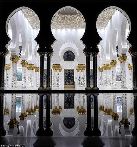 """John nói rằng: """"Nhà thờ Hồi giáo có vẻ đẹp lộng lẫy từ nhiều góc nhìn, từ nội thất tuyệt đẹp cho đến những mái vòm, những ngọn tháp, đài phun nước và rất nhiều hoa văn được chạm trổ rất tinh tế trên cột trụ'"""