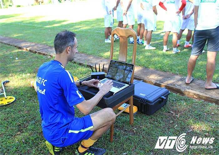 Ông cài đặt các thông số cho hệ thống đo đạc, theo dõi di chuyển, vận động của các cầu thủ HAGL.(Ảnh: Minh Trần)
