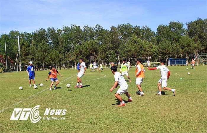 Trợ lý Trịnh Duy Quang tham gia tập cùng học trò. Các cầu thủ được gọi tập trung U23 Việt Nam trở lại tập luyện nhưng thể lực chưa đảm bảo hoặc bị chấn thương.(Ảnh: Minh Trần)