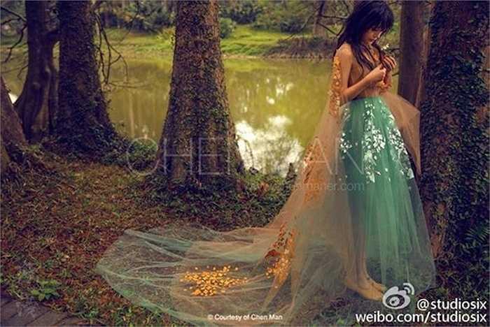 Cô e ấp như thiếu nữ giữa rừng.