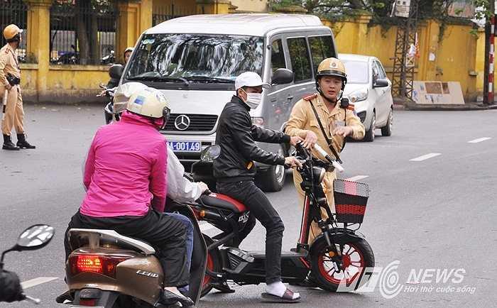 Hàng loạt trường hợp đi xe máy điện không đội mũ bảo hiểm bị xử phạt, mức phạt 150.000 đồng.