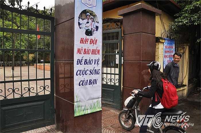 Trong khi đó, trước cổng trường THCS Chu Văn An có băng rôn tuyên truyền về việc đội mũ bảo hiểm cho học sinh.