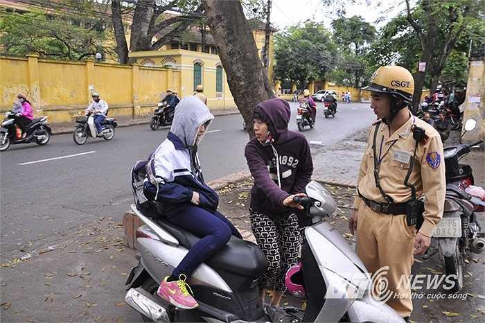 Phụ huynh chở con đến trường THCS Chu Văn An không đội mũ bảo hiểm.