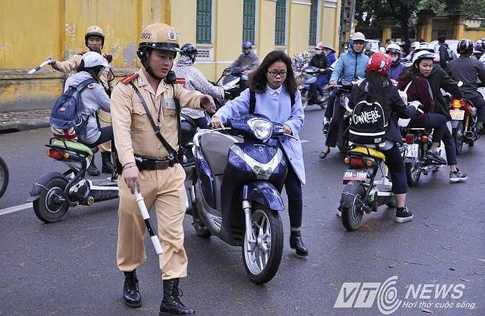 Ngoài ra, một số nữ sinh học cấp 3 đi xe máy, không đội mũ bảo hiểm cũng bị xử lý. Trong ảnh là một nữ sinh học lớp 11, đi xe máy không đội mũ bảo hiểm.