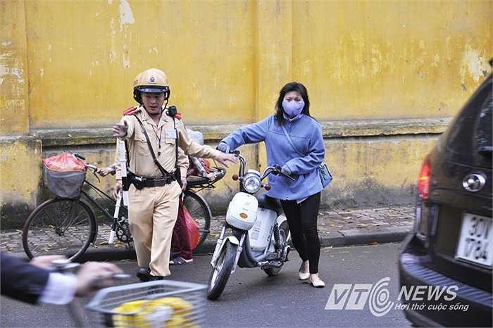 Các trường hợp đi xe đạp điện bị xử lý trước cổng trường THPT Chu Văn An (quận Ba Đình, Hà Nội).
