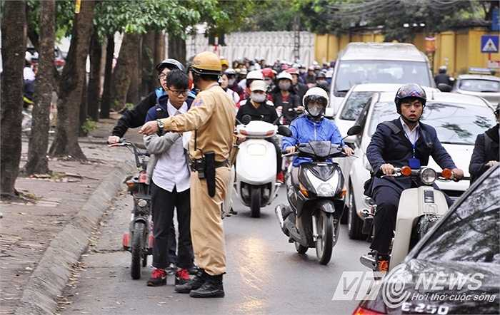 Nhiều học sinh cấp 2 đi xe đạp điện không đội mũ bảo hiểm, thấy CSGT nên đã dừng xe cho bạn ngồi phía sau nhảy xuống.