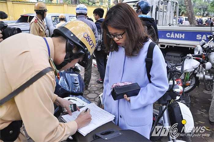 Với hành vi điều khiển xe máy khi chưa đủ tuổi, không đội mũ bảo hiểm, nữ sinh này bị tạm giữ phương tiện.