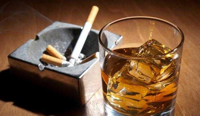 Nếu vừa uống rượu vừa hút thuốc, nguy cơ ung thư đầu cổ này lại càng cao. Chất dung môi ở rượu sẽ đi cùng hóa chất trong thuốc lá vào trong các tế bào thành dạ dày. Rượu cũng có thể làm chậm lại khả năng sửa chữa thiệt hại DNA gây ra bởi các hóa chất trong thuốc lá, khiến mầm ung thư có cơ hội phát triển.