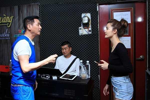 Bên cạnh đó, Đông Nhi, một mỹ nhân khác của The Remix cũng là khách mời trong liveshow của Nguyễn Hưng