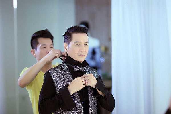 Tranh thủ sau giờ tập luyện, ca sĩ Nguyễn Hưng đã đến showroom của NTK Công Trí thử trang phục rất cẩn thận.