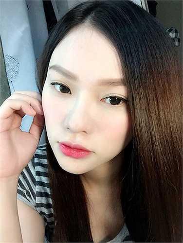 Thu Thủy của hiện tại đã trở thành một nữ ca sỹ có phong cách sexy. Gương mặt tròn trình ngày nào đã thay đổi thành khuôn mặt V-line hoàn hảo cùng làn da trắng sứ.
