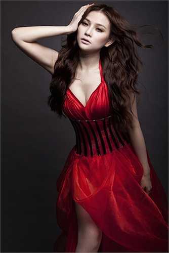 Không chỉ có gương mặt khác lạ mà Thu Thủy cũng thay đổi phong cách thời trang từ cô công chúa xì tin sang hình tượng gợi cảm, sexy.
