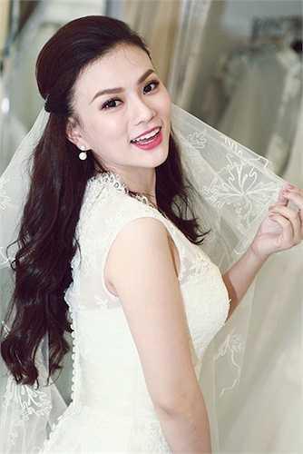 Cho tới khi gần diễn ra đám cưới, Thu Thủy mới tiết lộ bức ảnh chụp chung với người bạn trai đã gắn bó cùng cô 12 năm.