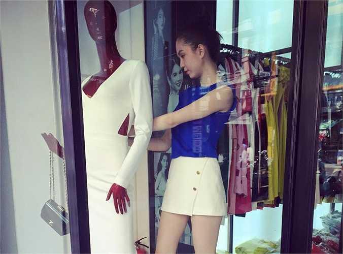 Ngọc Trinh chăm chỉ bán hàng ở shop thời trang.