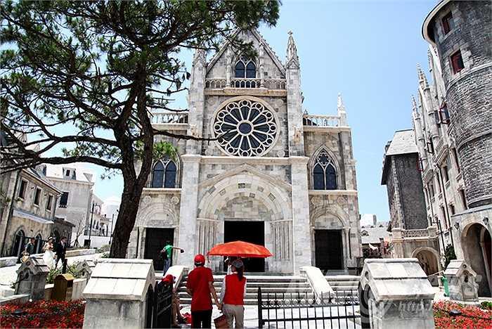 Mô hình nhà thờ Pháp nằm trong khuôn viên làng Pháp trên đỉnh Bà Nà