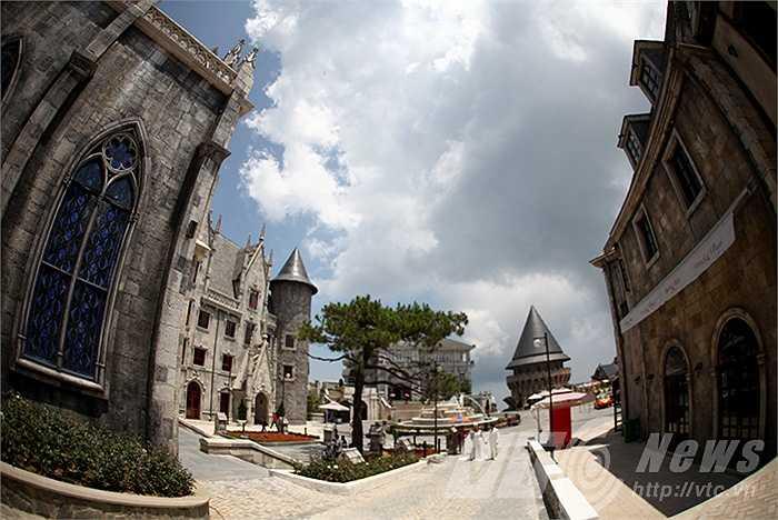 Công trình nằm trong quần thể cùng nhiều biệt thự Pháp cổ, khách sạn, trung tâm vui chơi giải trí...