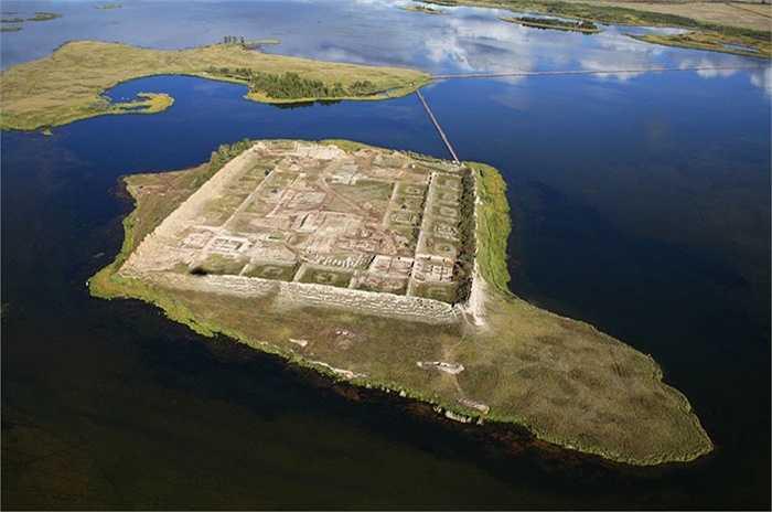 Ở vùng Seberi của Nga có một pháo đài bí ẩn có tên là Por-Bajin. Pháo đài nằm trên một hòn đảo nằm giữa hồ nước rộng mênh mông. Khu vực này cách Matxcơva khoảng 3.000km, sát biên giới với Mông Cổ