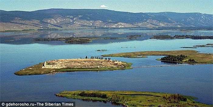 Từ Por-Bajin trong tiếng Tuvan là 'ngôi nhà đất sét'. Công trình này được xây dựng cách đây khoảng 1.300 năm