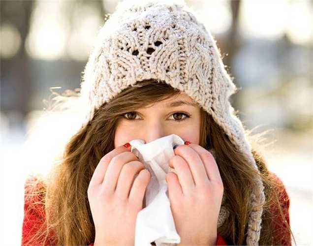 Cảm lạnh và cúm: Cảm lạnh có xu hướng xảy ra thường xuyên hơn trong mùa đông bởi vì thiếu độ ẩm làm niêm mạc mũi bị  khô, khiến bạn dễ bị nhiễm vi-rút. Thay đổi nhiệt độ đột ngột cũng có thể dẫn đến cảm lạnh hoặc cúm khi hệ miễn dịch bị suy yếu.