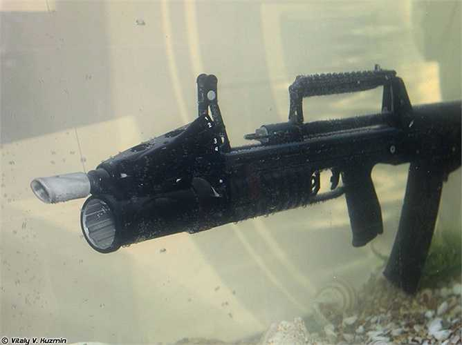 2. Súng ADS là loại súng trường có thể sử dụng dưới nước và được lực lượng đặc nhiệm Nga sử dụng. Nó bắn được khoảng cách xa tới 25m
